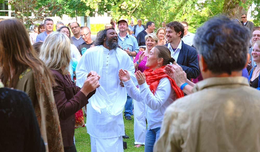 Spontanious-Celebration-in-the-park-Satsang-Tour-in-Germany-with-Guruji-Sri-Vast