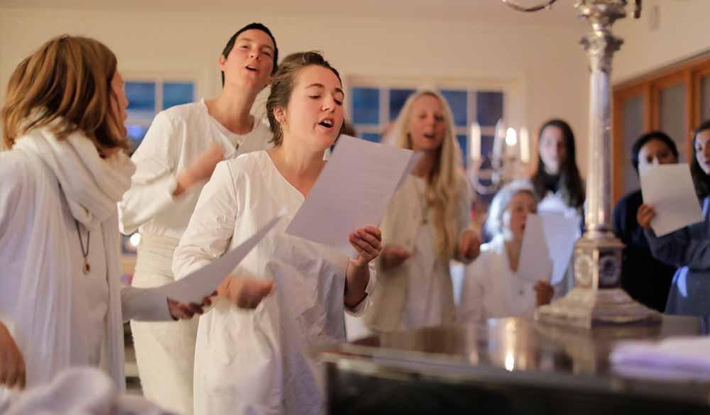 singing-and-chanting-divinya-community